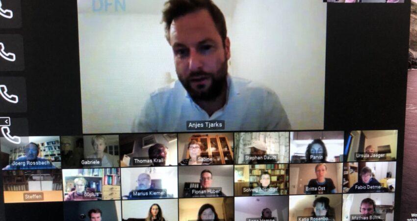 Videokonferenz 60Plus Senator Anjes spricht im unteren Teil sind einige Teilnehmer zu sehen