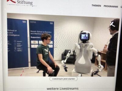 Der Arzt steuert den Roboter. Dieser tastet den patienten ab.