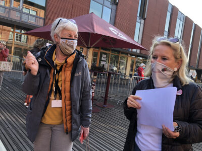 Dagmar Hirche und Christine Worch empfangen die Gäste zum Weltseniorentag